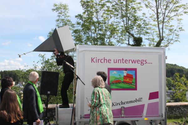 Kirchturm hochklappen, Tür öffnen - fertig: die 'Mobile Kirche' der Evangelischen Kirchengemeinde Daun