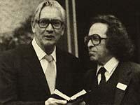 Historische Aufnahme: 1980 übergab Rabbiner Aschkenasy Präses Immer die Bibel, die jetzt die rheinische Kirche aufbewahren wird.