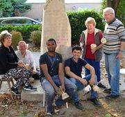 Freiwillige aus vielen Nationen bearbeiten den Stein.