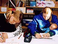 Schülerinnen der Karl-Simrock-Schule machen sich mit Babys vertraut - zunächst einmal probeweise mit Computerbabys. Aufklärung ist der Sinn dieser Aktion, die die Bonner Diakonie initiiert.