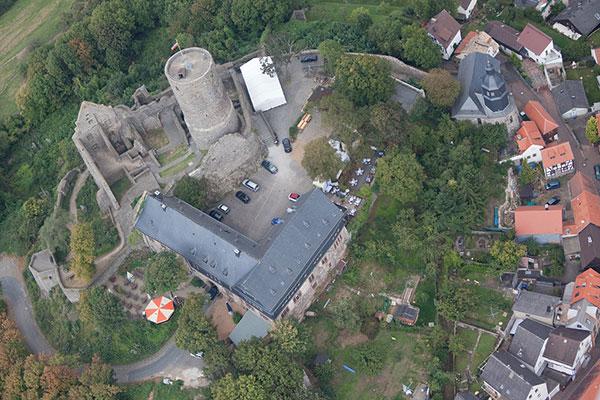 Die historische Katharinenkirche  aus der Luft fotografiert.