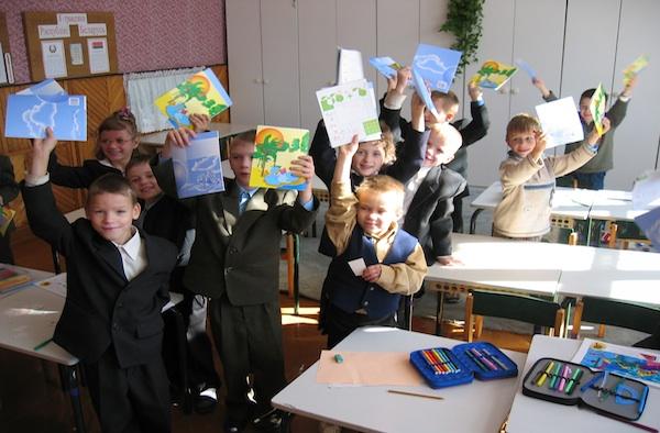 Stolz halten die Kinder der Internatsschule in Wilejka ihre neuen Hefte in die Höhe.