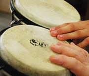 Auch das Trommeln auf Bongos geschieht gemeinsam.