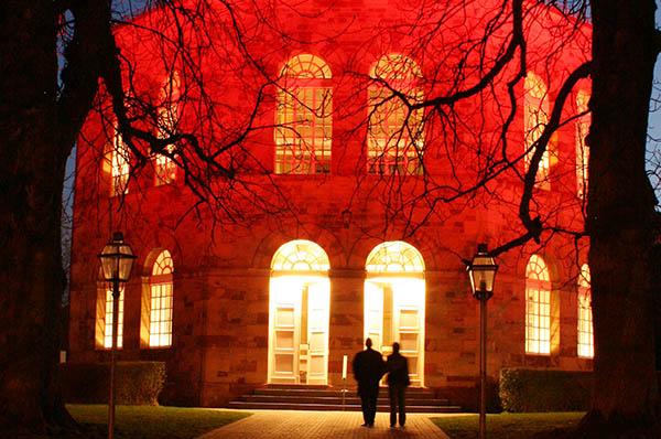 Die Kirche Bischmisheim ist eine der Kirchen im Saarland, die im Reiseführer 'Von Türmen, Kanzeln und Altären' vorgestellt werden.