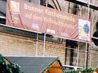 Ein Banner wirbt für die Kirchenmeile