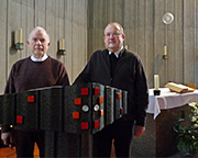 Gemeinsames Zentrum: Der evangelische Pfarrer Klaus Schilling (l.) und sein katholischer Kollege Herbert Ullmann am Ambo der katholischen Kirche Heilige Familie in Mettmann-Metzkausen.