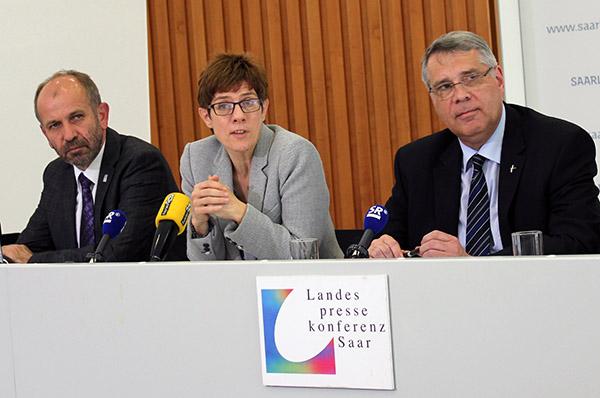 Vor der Landespressekonferenz im Saarland: Präses Manfred Rekowski, Ministerpräsidentin Annegret Kramp-Karrenbauer und Kirchenpräsident Christian Schad (v.l.).