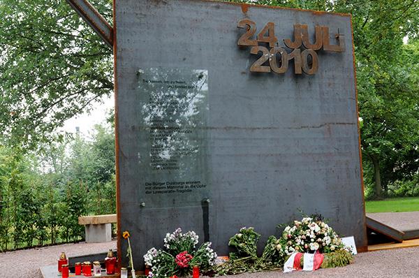 Das Mahnmal erinnert an die Opfer der Loveparade-Katastrophe am 24. Juli.