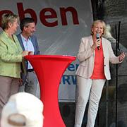 Ministerin Löhrmann (v.l.), Düsseldorfs Oberbürgermeister Geisel und Ministerpräsidentin Kraft diskutieren am roten Tisch der Kirchen.