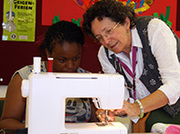 Christine Neuerburg erläutert den Umgang mit der Nähmaschine.