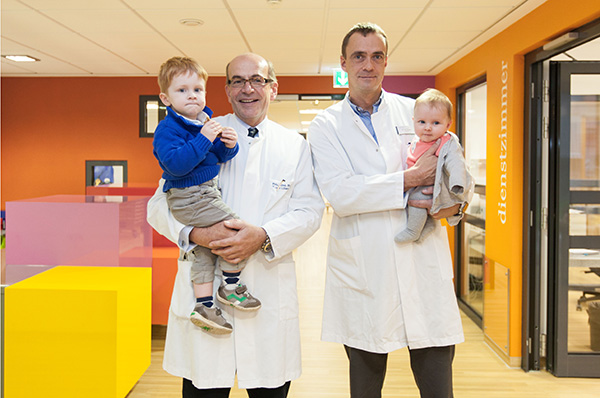 Dr. Tassilo von Lilien-Waldau (links) und Dr. Martin Dübbers, Chefärzte im Florence-Nightingale-Krankenhaus, mit kleinen Patienten auf der neu gestalteten Kinderstation in Kaiserswerth.