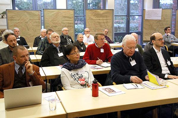 Diskutierten über ihre Erfahrungen mit ökumenischen Gemeindepartnerschaften: evangelische und katholische Gemeinde-Vertreterinnen und -Vertreter.