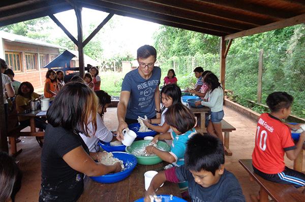 - Der Freiwillige Ole Depenbrock beim Dienst in der bilingualen Schule Takuapi für die indigene Gemeinde der Evangelischen Kirche am la Plata in Argentinien.