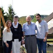 Zeinab (li.) und Mani Beigzadeh (re.) wollen mit Annemarie Arndt und Arnulf Ruffmann die Kirche in Kommern besuchen.