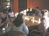 Am ovalen Konferenztisch des Rainbow Project.