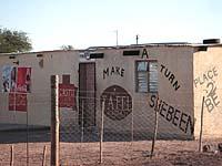 Schlichte Hütte, die große Probleme auslöst oder fördert: Sheebeen.