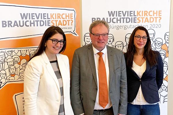 Das Bürgergutachten 2020 stellten vor: v.l.:Yazgülü Zeybek (IDPF), Superintendent Heinrich Fucks und Nora Freier (IDPF).