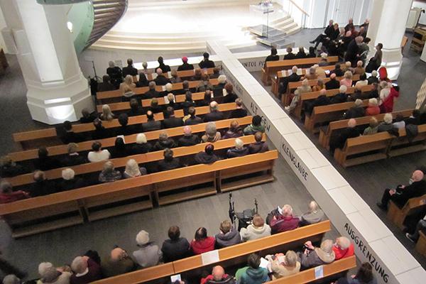 Mauern überwinden, im Kreuz zusammenfinden: Ökumenische Passionsandacht in der Düsseldorfer Johanneskirche.