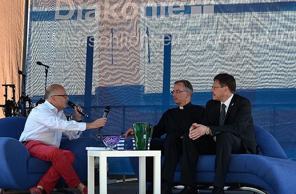 Vizepräses Christoph Pistorius (v.r.) und Weihbischof Jörg Michael Peters auf dem Diakonie-Sofa beim Rheinland-Pfalz-Tag, im Gespräch mit Landesdiakoniepfarrer Albrecht Bähr.