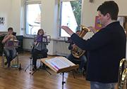 Chorleiterin Andrea Lehmann gibt den Einsatz.