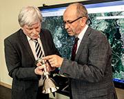 Präses Manfred Rekowski (rechts) und Christian Peter Barthelmes, Inhaber des Unternehmens F. W. Jul. Assmann, begutachten den Abendmahlskelch aus Mensguth nach seiner Aufarbeitung durch einen Silberschmied.