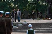 Gedenken am Ehrenmal in Pskow, 22. Juni 1991, am Mikrofon Präses Peter Beier.