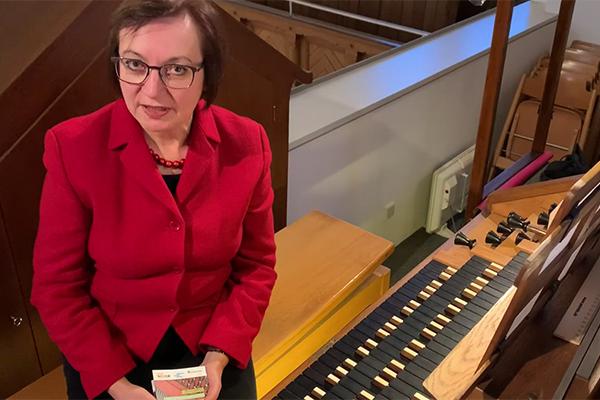 Kirchenmusikdirektorin Brigitte Rauscher stellt die Konzertreihe 'Orgelkultur' vor. Durch einen Klick auf das Bild öffnet sich die Multimedia-Vorschau.
