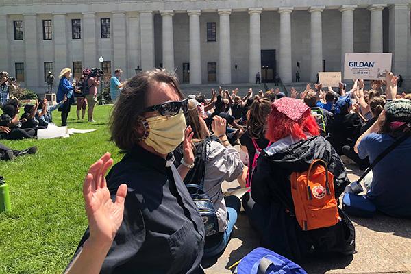 Pfarrerin Sigrid Rother mit Mund-Nasen-Maske bei einer Demonstration in Columbus/Ohio.