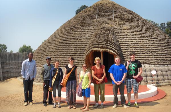 Einblick in die ruandische Geschichte: die Reisegruppe aus dem Saarland vor dem Palast des früheren Königs von Ruanda in der Stadt Nyanza.