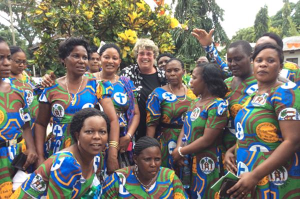 Oberkirchenrätin Barbara Rudolph (hinten Mitte) mit Frauen der Nordost-Diözese der Evangelisch-Lutherischen Kirche in Tansania, die den Kitenge tragen.