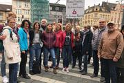Auch etliche Rupelrather Gemeindemitglieder (Mitte: Pastorin Petra Schelkes mit Schild) schlossen sich im Oktober nach dem mörderischen Anschlag auf die Synagoge in Halle einer Kundgebung vor dem Solinger Rathaus an.