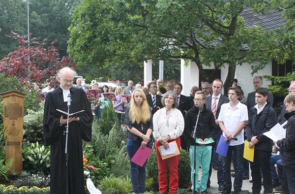 Superintendenten Horst Hörpel leitet die Andacht für Paul Schneider, der hier auf dem Dickenschieder Friedhof vor 75 Jahren beerdigt wurde.
