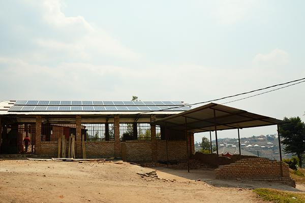 Die Sonnenkollektoren auf dem Dach das Ausbildungszentrums künden von der neuen Stromerzeugung durch die Solaranlage.