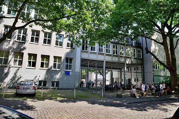Es wird noch dauern: Steinbart-Gymnasium Duisburg.