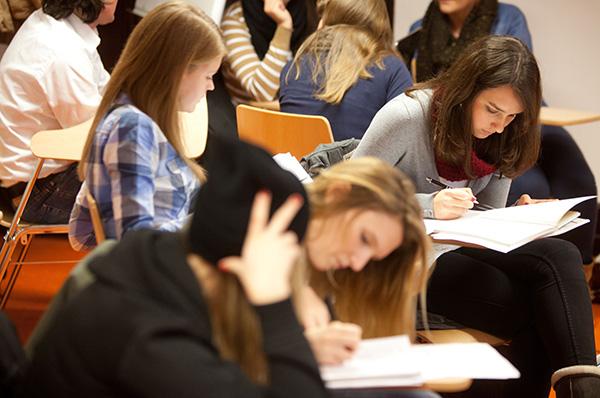 Chance für den akademischen Nachwuchs: Die Fliedner Fachhochschule lobt 2014 erstmals einen Förderpreis aus.