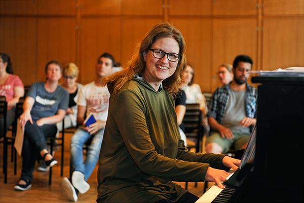 Alle zwei Wochen leitet Pianistin Susanne Wagner den 'Chor ohne Grenzen'.