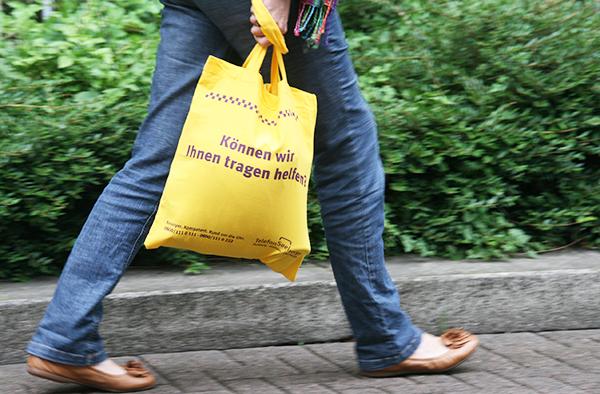 Tragen helfen:  Mit dieser Tasche wirbt die Telefonseelsorge Duisburg Mülheim Oberhausen für ihren Dienst.