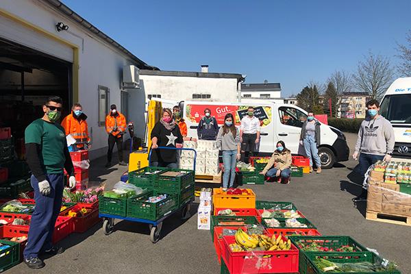 Viele Freiwillige der Tafel Niederberg helfen dabei, Waren zu sortieren und Pakete für mehr als 45 Haushalte zu packen und auszuliefern.