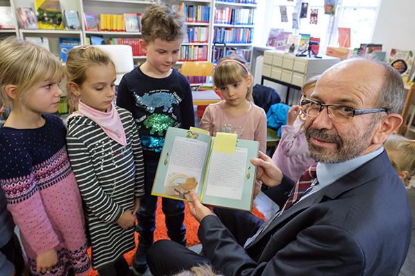 Präses Manfred Rekowski beim Vorlesetag im Lutherhaus in Essen.