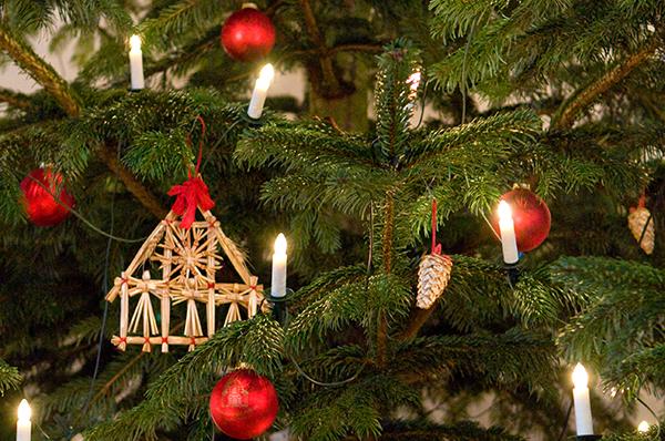 Geschmücktes Tannengrüne gehört zu den hiesigen weihnachtlichen Traditionen.