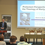 Kirchenrat Dr. Volker Haarmann spricht über Dietrich Bonhoeffer.