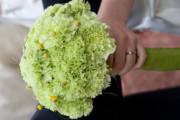 Es müssen nicht immer Rosen sein: Wer fair heiraten möchte, kann zu saisonalen Blumen aus regionalem Anbau greifen.