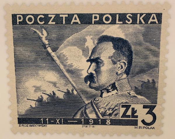 Die 1938 ausgegebene Briefmarke erinnert an die 20 Jahre zuvor erlangte Wiederentstehung Polens. Zu sehen ist Staatsgründer Józef Piłsudski.