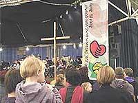 Dekade-Auftakt in Hilden im Februar 2001: In diesem Jahr - zur Dekade-Mitte - bekommt das Thema Gewalt überwinden wieder größere Aufmerksamkeit.