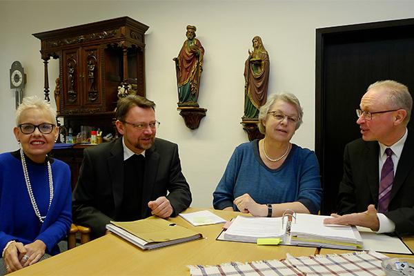 Gemischte Besetzung (v. l.): Pfarrerin Anke Augustin, Pfarrer Wolfgang Haberla, Gemeindereferentin Sabine Lethen und Pfarrer Rolf Brandt beraten über den Bau eines ökumenischen Gemeindezentrums in Essen.