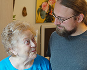 Marlies Klein im Gespräch mit Philipp Wienke, Altenpfleger in einem Seniorenheim der Diakonie Düsseldorf. Foto: Christian Carls / Diakonie RWL