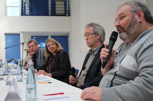 Harald Würges (v.r.), Henning Düsselhoff, Moderatorin Irene Dänzer-Vanotti und Stephan Kiepe-Fahrenholz auf dem VEM-Podium.