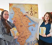 EJiR-Vorsitzende Miriam Lohrengel (l.) und ihre Stellvertreterin Fiona Paulus mit dem EJiR-Eiland.
