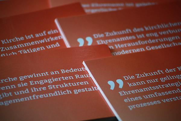 Postkarten werben mit Thesen zum Thema Ehrenamt für die Teilnahme an der Diskussion.