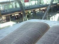 Die gute Nachricht auf der Galerieebene: Bibel-Ausgabe im Düsseldorfer Flughafen.